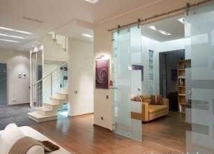 Легкие стенки из стекла в домашнем интерьере