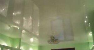 Особенности глянцевых натяжных потолков
