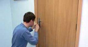 Открытие дверного замка без ключа