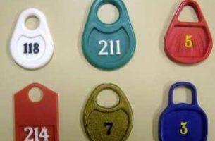 Изготовление номерков для гардероба: новая статья дохода