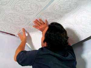 Как правильно оклеить потолок обоями самостоятельно