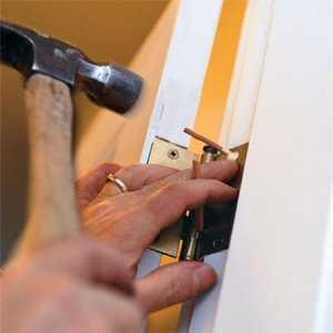 Как отремонтировать межкомнатную дверь своими силами