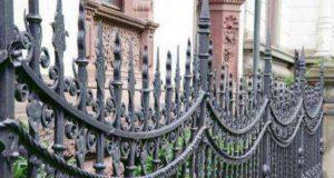 Кованые заборы для частных домов — фото примеры