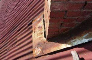 Как и чем устранить течь на крыше возле трубы