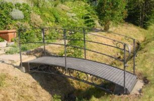 Как сделать мостик на пруду своими руками