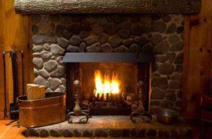 Камин из природного камня: очаг уютного дома