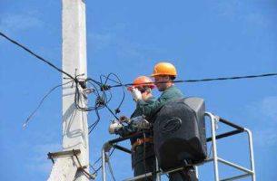 Монтаж проводов СИП на опорах, подключение дачного дома к электросети